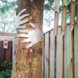 Handen om boom